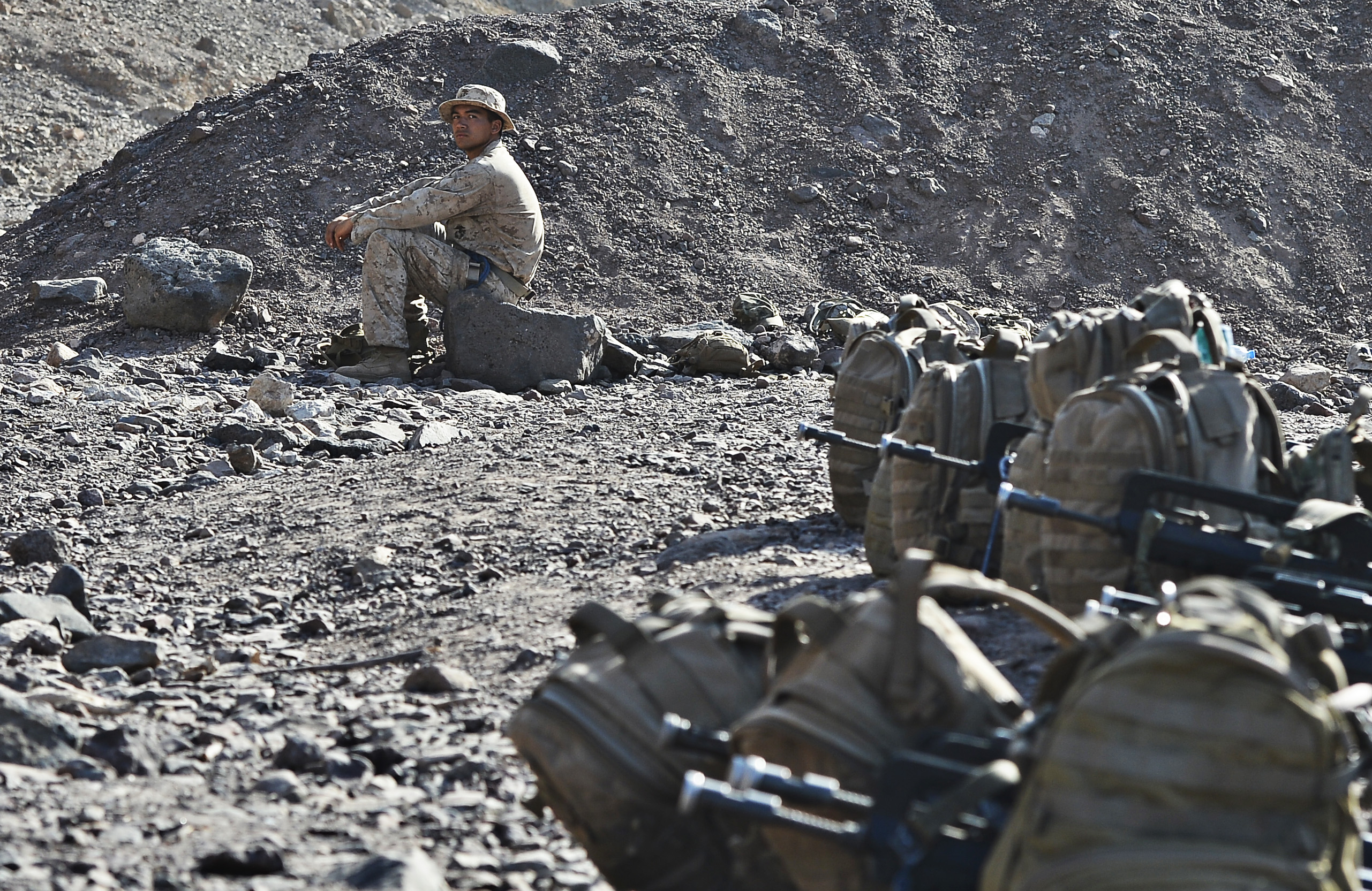 A U.S. Marine watches service members traverse, repel and climb a rope's course during the French Desert Survival Course, near Arta Beach, Djibouti, Sept. 30, 2015. U.S. Army Civil Affairs Battalion soldiers, assigned to Combined Joint Task Force-Horn of Africa, French Army soldiers from the 5th Overseas Combined Arms Regiment, and members of 15th Marine Expeditionary Unit, learned to fight, survive and navigate Djibouti's desert, earning the French's desert commando badge.  (U.S. Air Force photo by Senior Airman Nesha Humes)