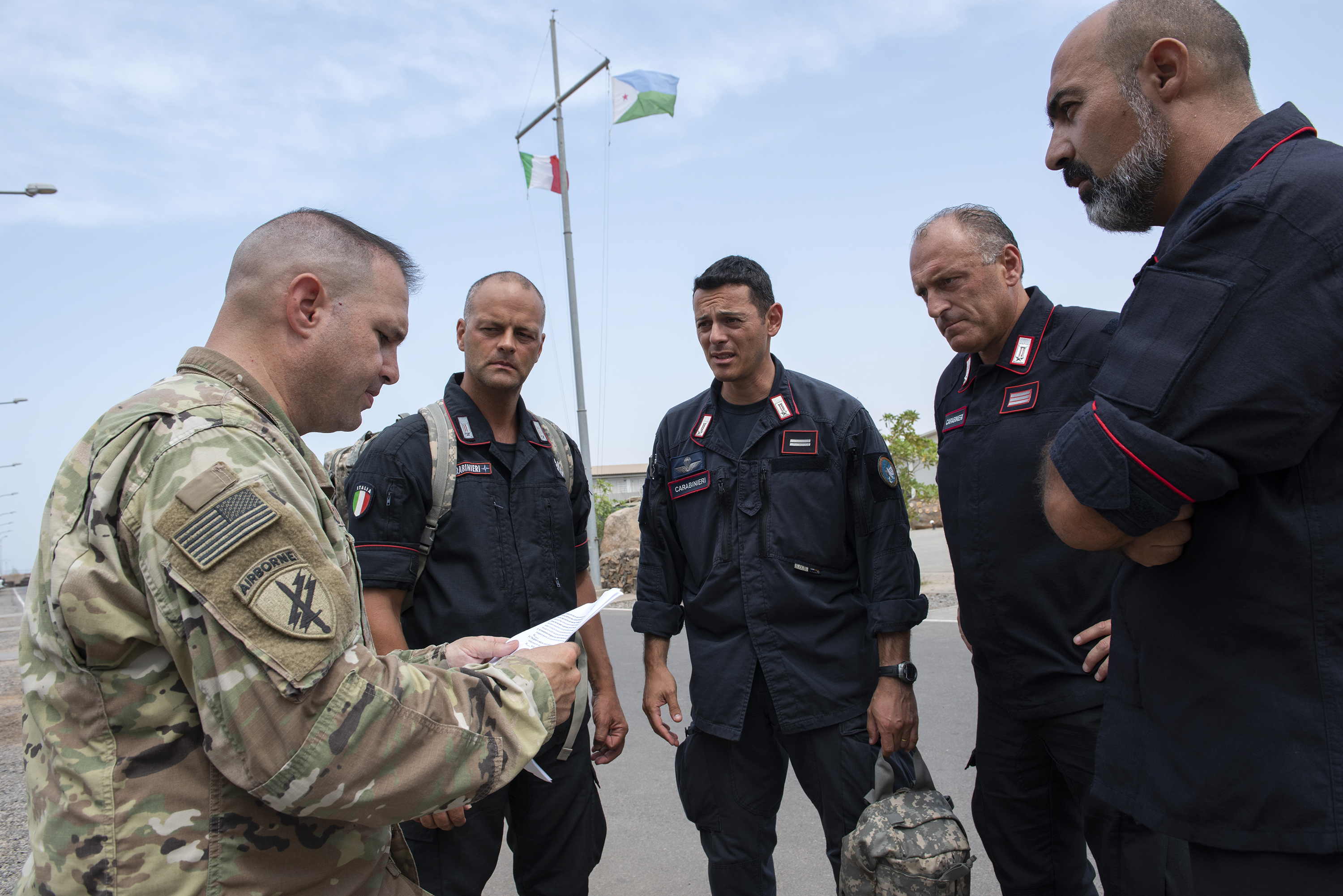 U.S. Army Staff Sgt. Richard Rye, a medic with the 404th Civil Affairs Battalion Functional Specialty Team, gives instructions to Italian soldiers with the 1st Paratroopers Carabinieri Regiment, Tuscania, during a Combat Lifesaver Course on Base Militar Italiano de Supporte, Djibouti, April 28, 2018. The medics were overseeing the combat lifesaver lanes, which are the final task for the students prior to completion of the course. (U.S. Air National Guard photo by Master Sgt. Sarah Mattison)